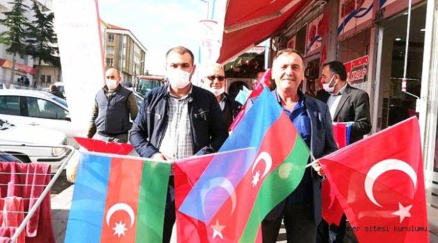 MHP YUNAK ESNAFA AZERBAYCAN VE TÜRK BAYRAĞI DAĞITTI